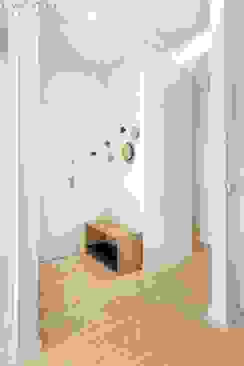 Entrada Lagom studio Corredores, halls e escadas escandinavos Madeira maciça Cinzento