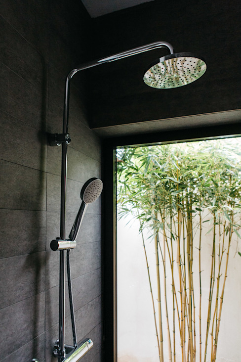 Ducha con patio GOS ARCH·LAB Baños de estilo moderno