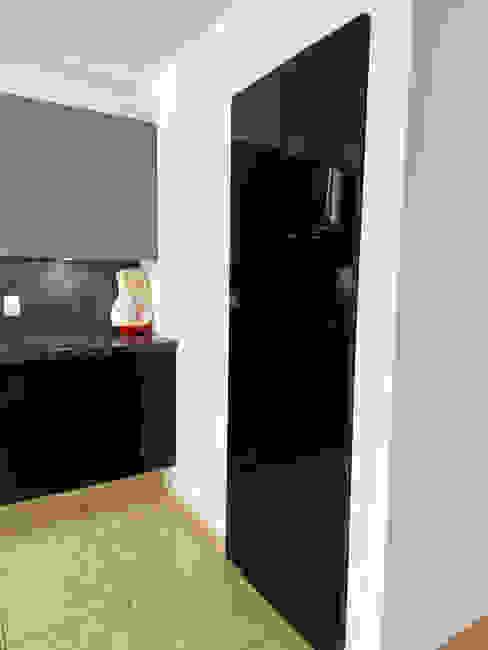COCINA EN JURIQUILLA SANTA FE, QUERETARO. La Central Cocinas Integrales S.A de C.V Puertas modernas Negro