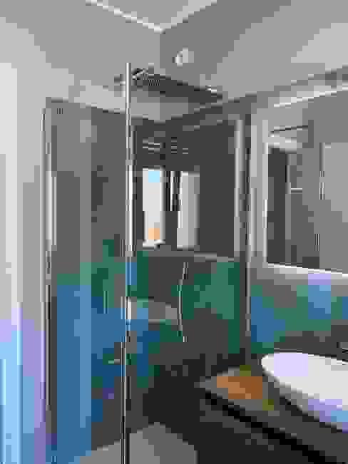 Parete della doccia dopo il restyling Silvia Camporeale Interior Designer Bagno moderno Ceramica Verde