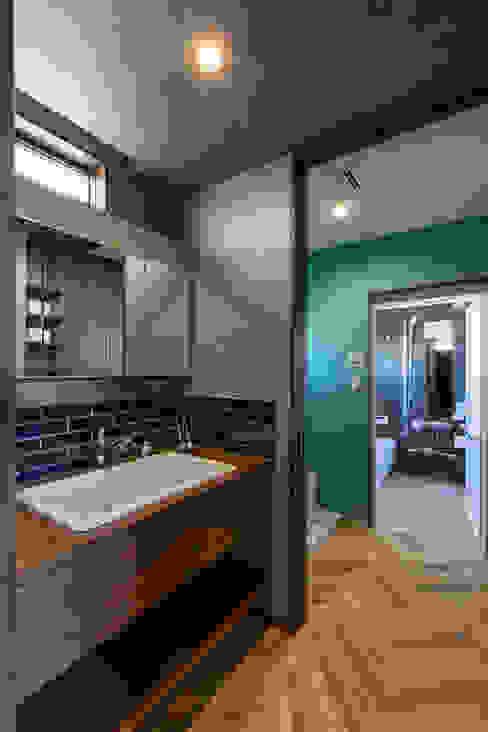 個性的なインテリアが印象的な快適モダンハウス ナイトウタカシ建築設計事務所 北欧スタイルの お風呂・バスルーム タイル 青色