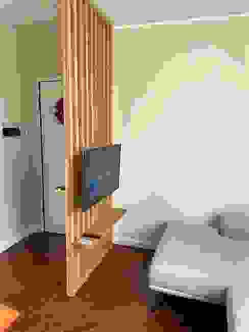 Parete a listelli di Rovere massello Wood 4u Ingresso, Corridoio & Scale in stile industriale Legno massello Effetto legno