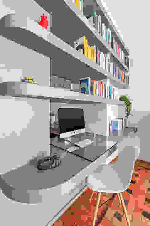 La scrivania integrata nella libreria Matteo Magnabosco Architetto Soggiorno moderno