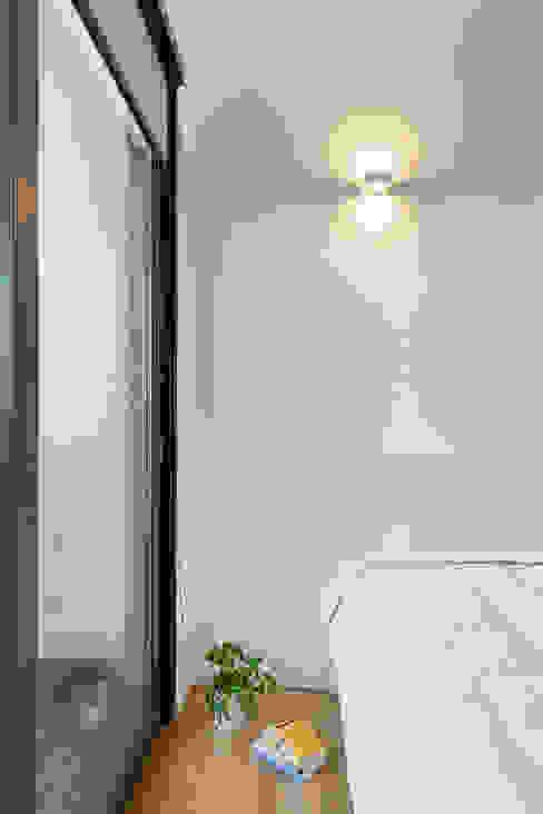 camera da letto Marta Scarcia Architetto Camera da letto moderna Bianco