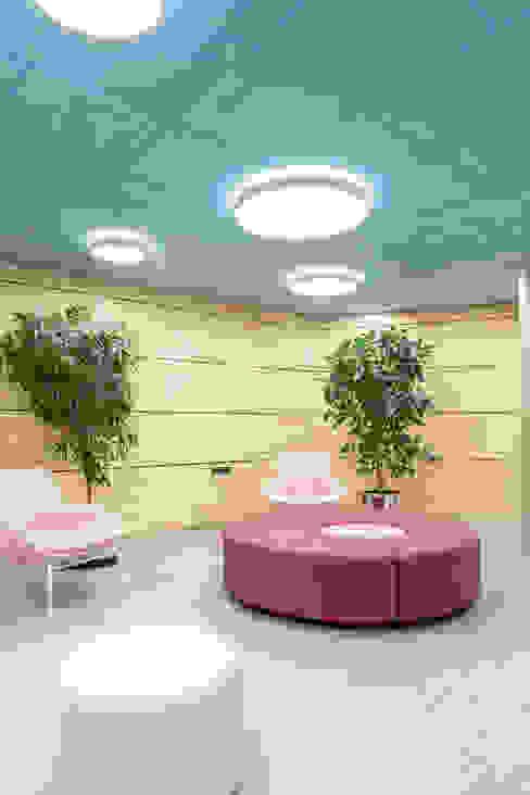 Pasillos y zona de reunión renovadas. Interiorismo y decoración en Madrid / Kando Estudio Oficinas y tiendas de estilo moderno Rojo