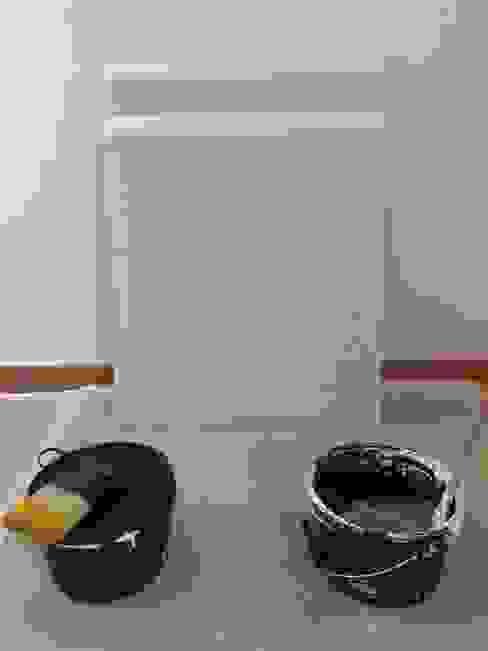 Realizzazione sul posto di un campione per ulteriore conferma dell'effetto finale Pietra Zen che andrà a decorare la parete principale del salone. Ma.Ni. Ristrutturazioni Soggiorno moderno Marrone