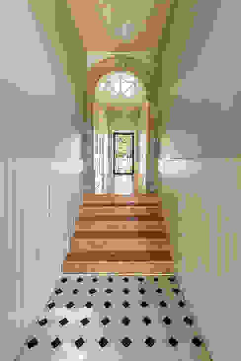 Hall de entrada | Corredor - Casa em S. Mamede (arquitetura) - SHI Studio Interior Design ShiStudio Interior Design Corredores, halls e escadas clássicos