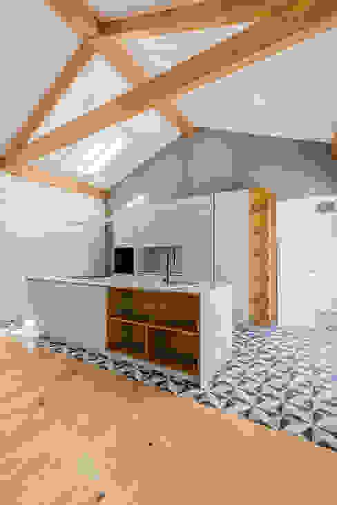 Cozinha - Casa em S. Mamede (arquitetura) - SHI Studio Interior Design ShiStudio Interior Design Cozinhas pequenas