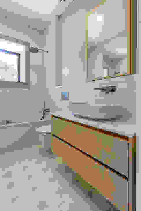 Depois - WC - Casa em S. Mamede (arquitetura) - SHI Studio Interior Design ShiStudio Interior Design Casas de banho escandinavas