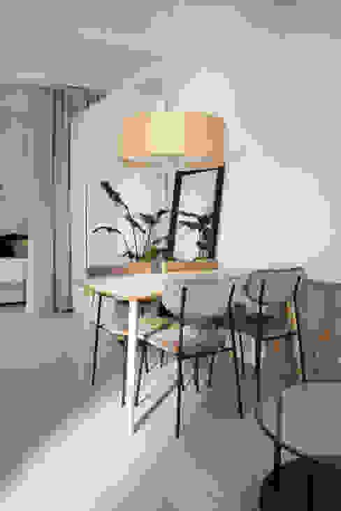 Comedor abierto a salón y cocina con ladrillo antiguo visto Arquitectura Sostenible e Interiorismo | a-nat Comedores de estilo minimalista Blanco