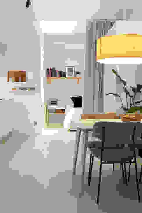 Dormitorio flexible con cortina de independencia Arquitectura Sostenible e Interiorismo | a-nat Dormitorios de estilo minimalista Blanco