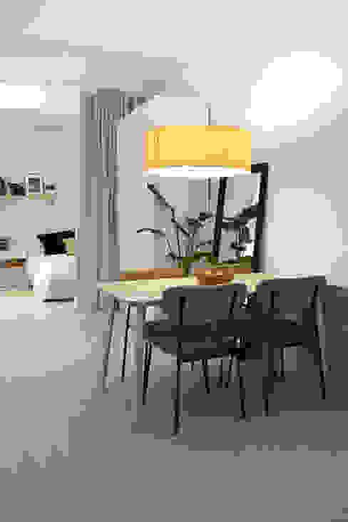 Lámpara de madera con iluminación cálida Arquitectura Sostenible e Interiorismo | a-nat Comedores de estilo minimalista