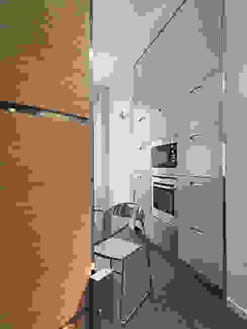 Una parete multifunzionale in cucina DE CARLO ARCHITETTI Cucina moderna