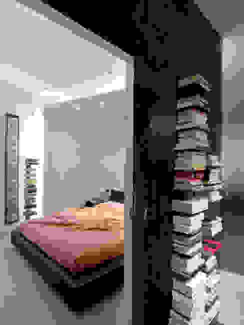 La zona notte: una delle camere DE CARLO ARCHITETTI Camera da letto moderna