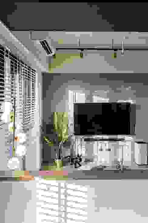6招簡單佈置技巧,居家辦公也能公私分明|實木百葉簾(空間構成:驊揚室內裝修設計 ) MSBT 幔室布緹 现代客厅設計點子、靈感 & 圖片 Grey