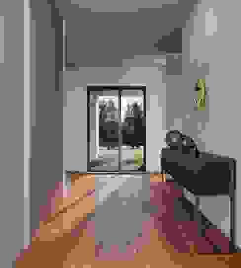 entrada Alpha Details Corredores, halls e escadas modernos