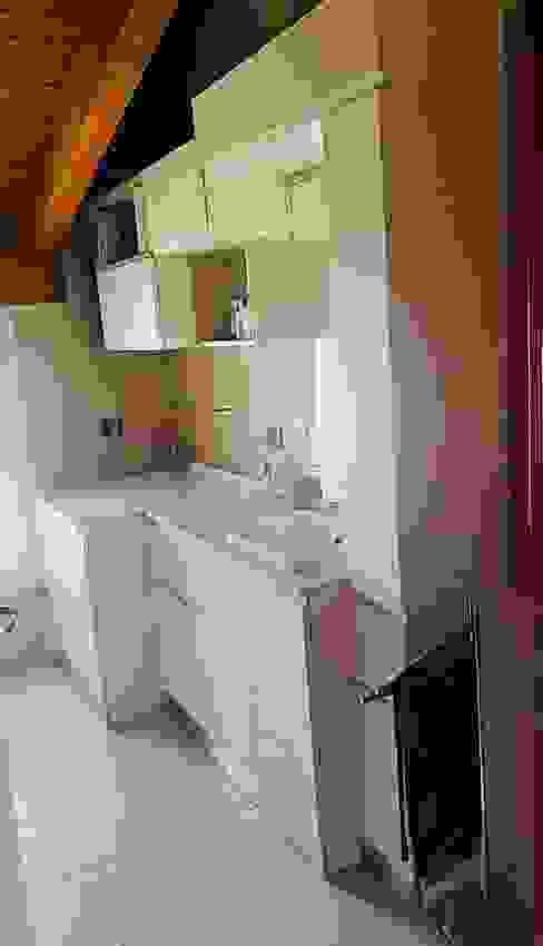 BAGNO COMN PORTA LAVATRICE. L&M design di Marelli Cinzia Bagno moderno Effetto legno