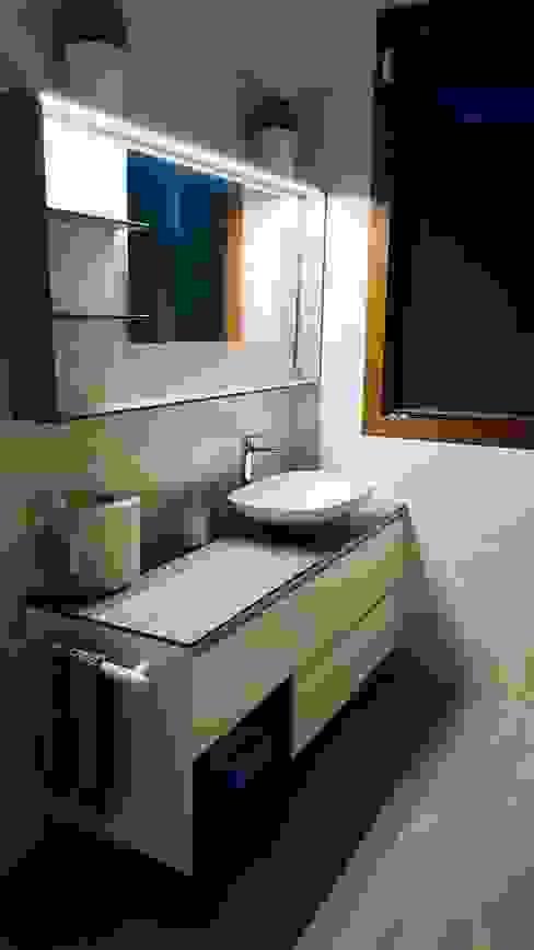 BAGNO 3 L&M design di Marelli Cinzia Bagno moderno Bianco