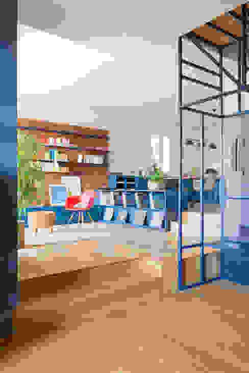 House LG DEFERRARI+MODESTI Soggiorno moderno Legno Blu