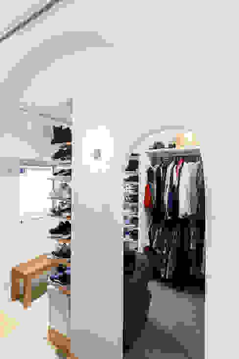 N邸-好きなものはたくさんあってもいい。居場所を作って一緒に暮らす 株式会社ブルースタジオ モダンデザインの ドレッシングルーム