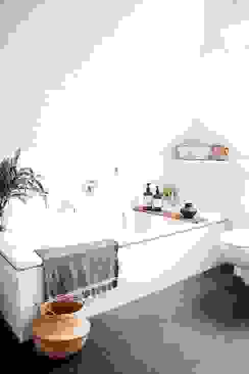 Un baño atemporal e iluminado Hygolet de Mexico BañosBañeras y duchas Sintético Blanco