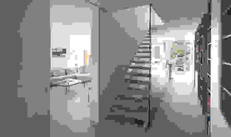 Коридор, прихожая и лестница в средиземноморском стиле от designyougo - architects and designers Средиземноморский Дерево Эффект древесины