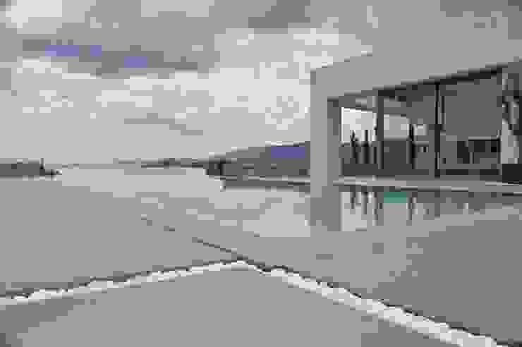 Piscinas de estilo mediterráneo de Fugenlose mineralische Böden und Wände Mediterráneo
