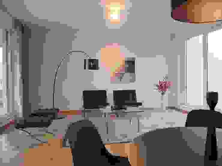 Modern living room by berlin homestaging Modern