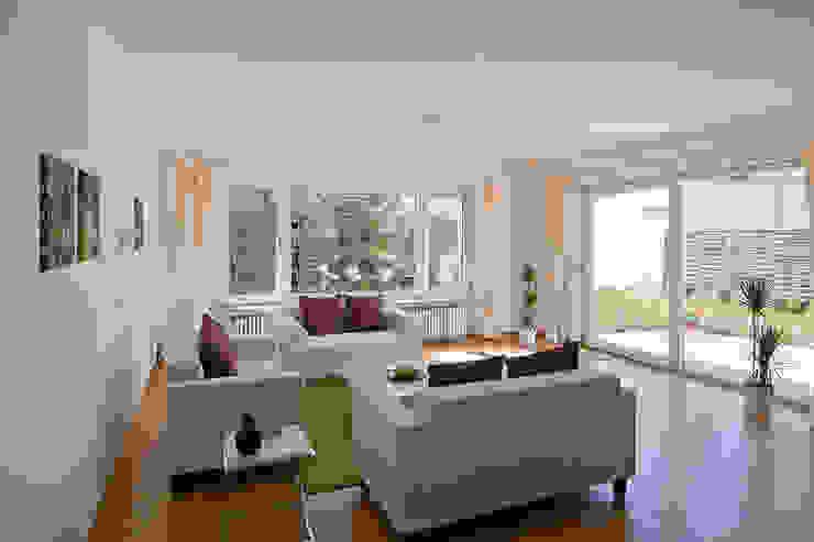 Bungalow aus den 60ern Klassische Wohnzimmer von IMMOstyling - DIE Homestaging Agentur Klassisch