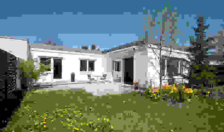 Bungalow aus den 60ern Klassische Häuser von IMMOstyling - DIE Homestaging Agentur Klassisch