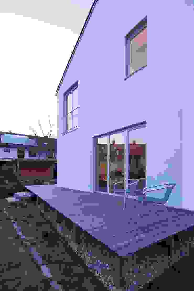 Wohnhaus am Hang Moderner Balkon, Veranda & Terrasse von Architekt Armin Hägele Modern