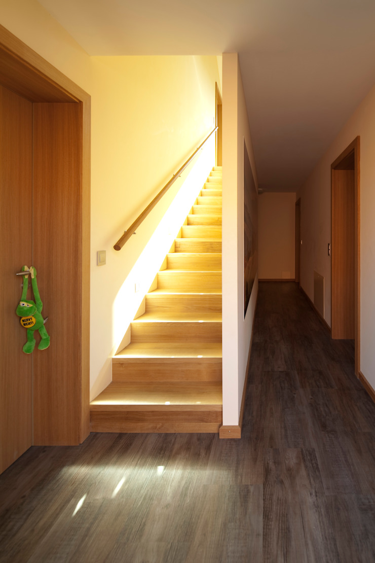 Pasillos, vestíbulos y escaleras modernos de Architekt Armin Hägele Moderno
