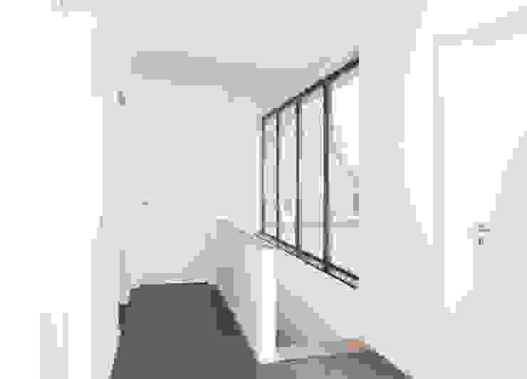 Ein weißes Haus Flur, Diele & Treppenhaus von ZappeArchitekten