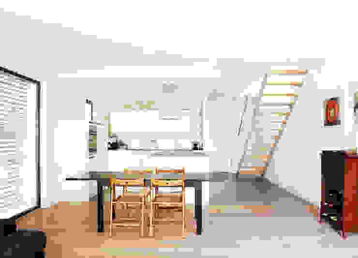 Ein weißes Haus Küche von ZappeArchitekten