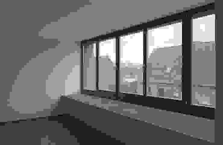 Salones de estilo moderno de andreas gehrke . architekt Moderno
