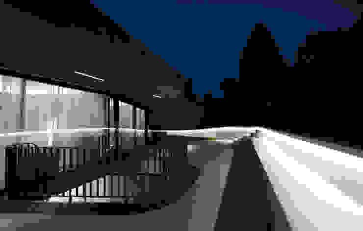 OLS HOUSE – new 4-person family home near Stuttgart Moderner Balkon, Veranda & Terrasse von J.MAYER.H Modern