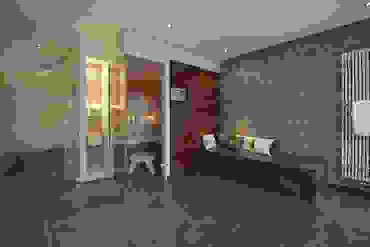Bad mit Verbindung zum Saunaraum von Badkultur   Berlin Modern