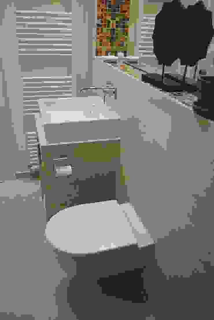 Gästebad mit Stil trotz Heizungsanlage und Katzenklo Moderne Badezimmer von Badkultur | Berlin Modern