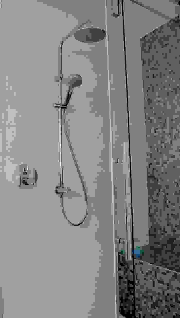Dusche mit Sitzgelegenheit von Badkultur   Berlin Modern
