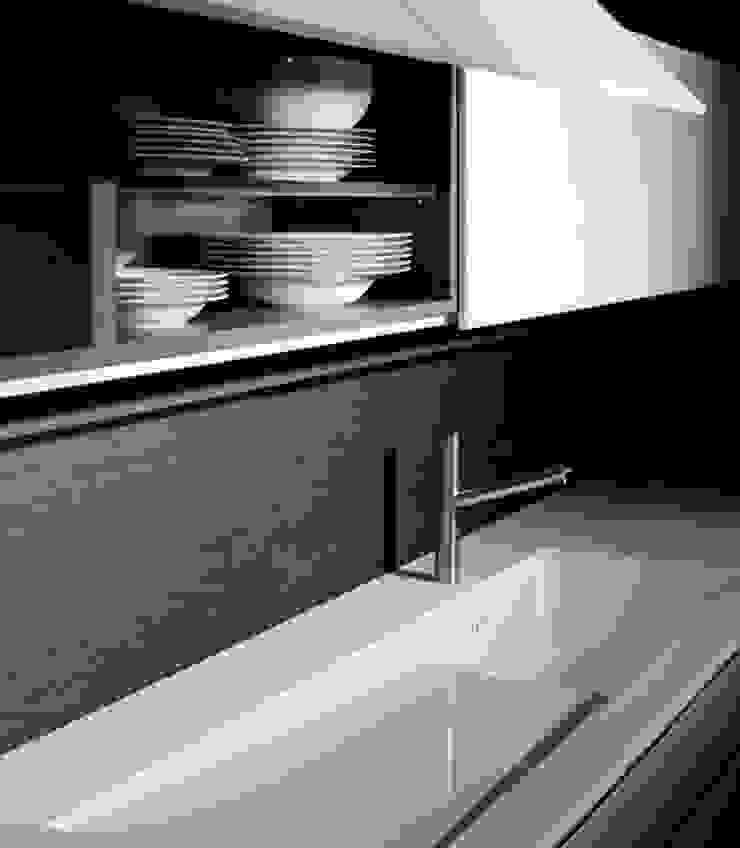 Luxusküche / Italienische Designerküche mit Küchenoberfläche aus Quarzglas von Küchengaleria Oßwald GmbH Modern