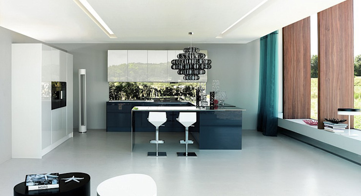 Luxusküche / Italienische Designerküche mit Küchenoberfläche aus Quarzglas Moderne Küchen von Küchengaleria Oßwald GmbH Modern