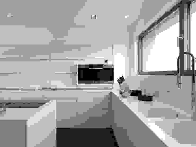 Modern kitchen by LEICHT Küchen AG Modern