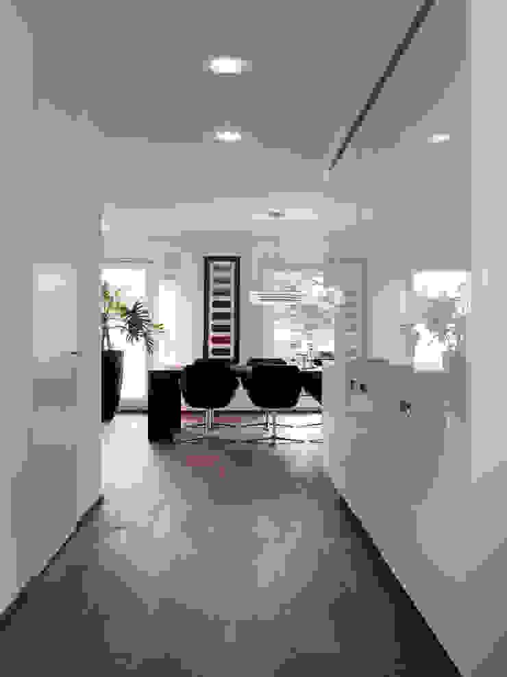 Pasillos, vestíbulos y escaleras de estilo moderno de LEICHT Küchen AG Moderno