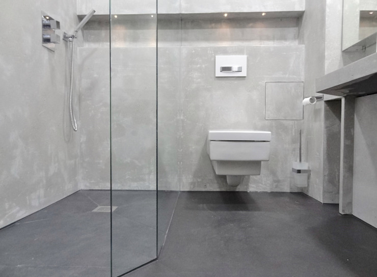 Baños de estilo moderno de Wände mit Charakter Moderno