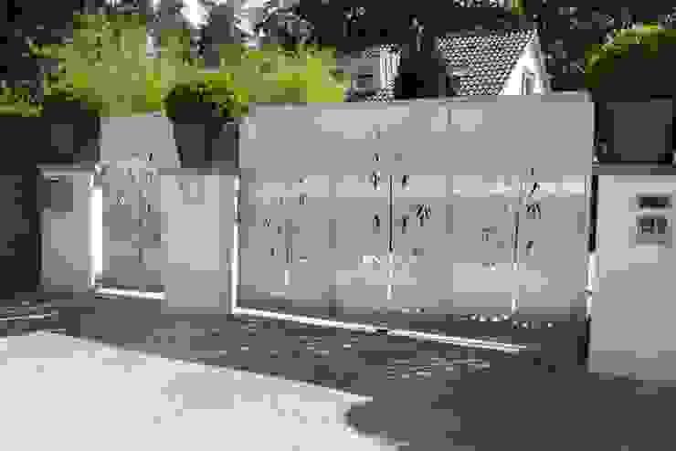 Edelstahl Tore und Sichtschutz Moderner Garten von Edelstahl Atelier Crouse - individuelle Gartentore Modern