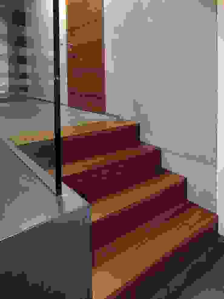 Einbautreppe in Merbau: modern  von Lignum Möbelmanufaktur GmbH,Modern