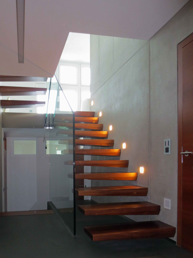 Moderne Architektentreppe mit freischwebenden Stufen: modern  von Lignum Möbelmanufaktur GmbH,Modern