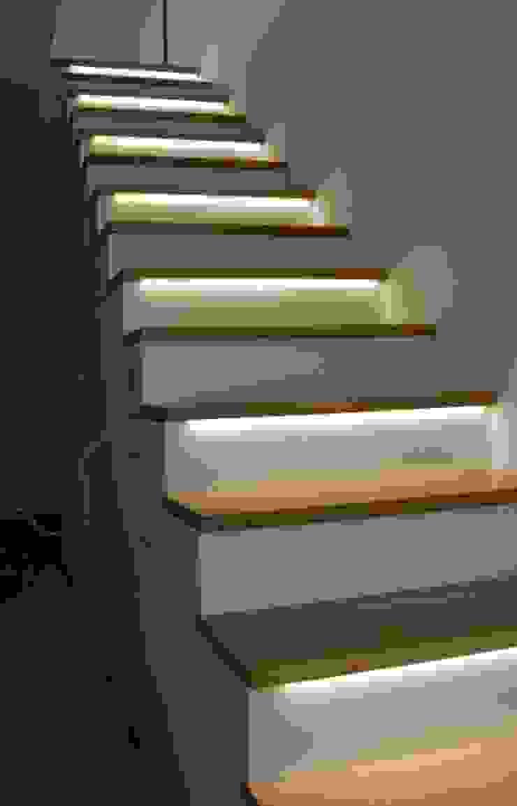 Exklusive Treppe mit Regalunterbau, Eiche / weiß lackiert: modern  von Lignum Möbelmanufaktur GmbH,Modern