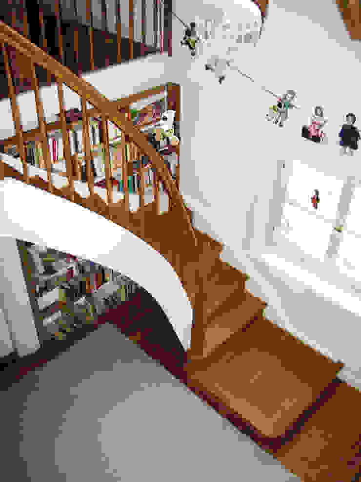Treppe aus Massivholz, viertelgewendelt mit Antrittspodest von Lignum Möbelmanufaktur GmbH Klassisch