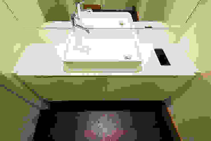 Bathroom de homify Moderno